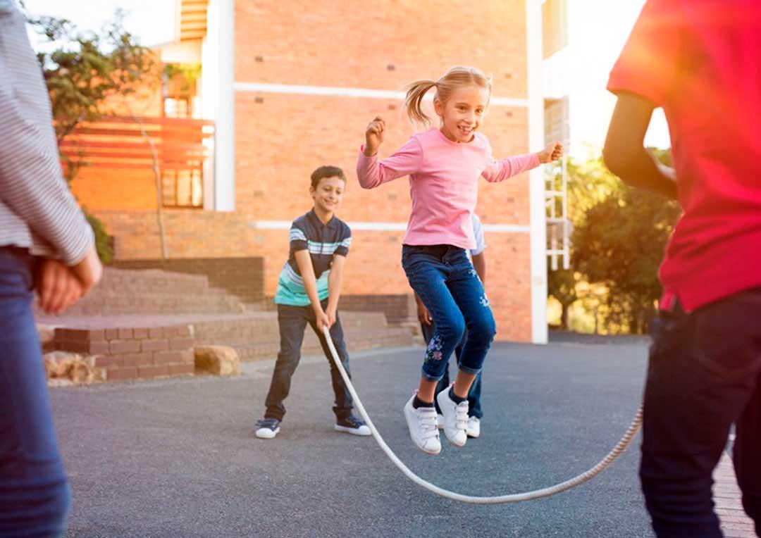 crianças brincando de pular corda?