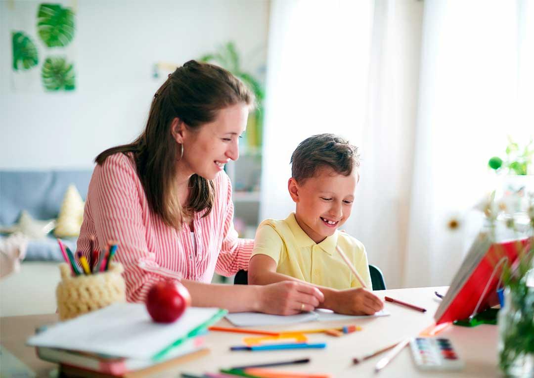pai e mãe ajudando filhos na lição de casa