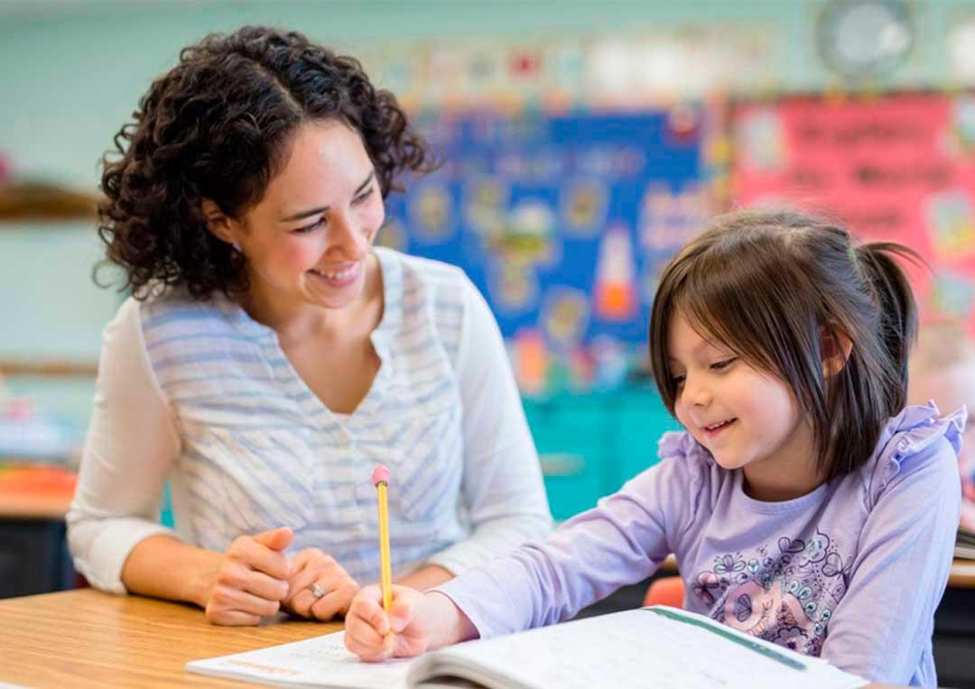 professora ensinando uma aluan