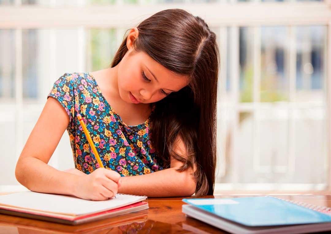 aluna escrevendo em um caderno