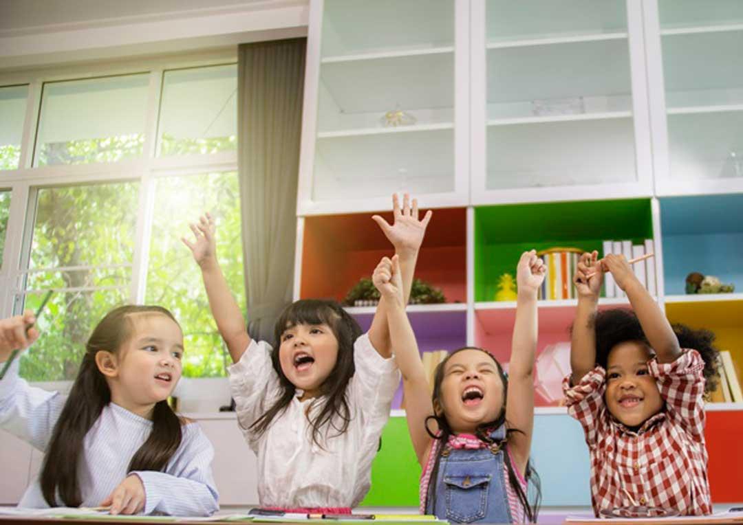 grupo de crianças felizes na sala de aula