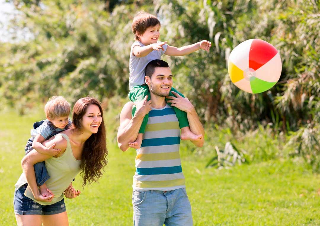 pais e filhos felizes brincando no parque