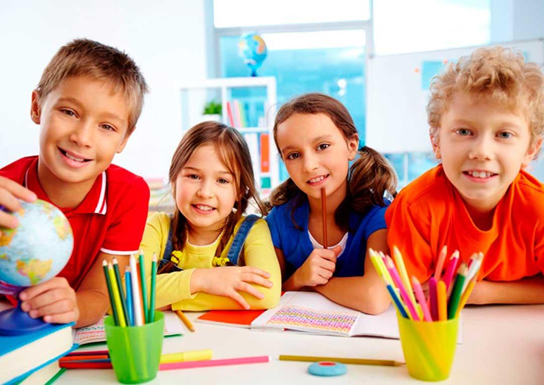 quatro alunos estudando juntos