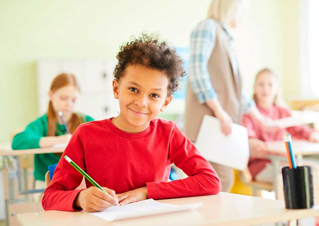 alunos na sala de aula estudando juntos